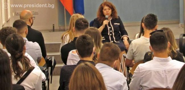 Вицепрезидентът разговаря с младежи от Балканите, участващи във форум на Българското училище за политика