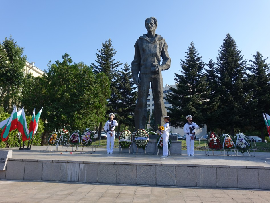 Почетоха с венци и цветя паметта на Никола Вапцаров