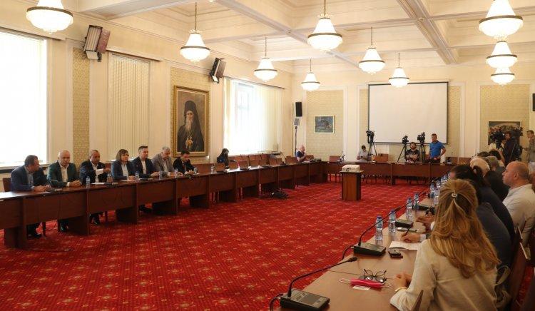 Корнелия Нинова към туристическия бранш: Да решим заедно какви са работещите мерки за подпомагане на бизнеса и запазване на работните места в кризата