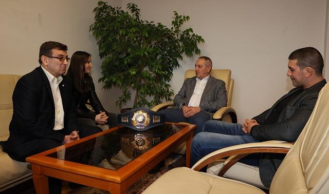 Световната шампионка Биляна Дудова получи почетен плакет от спортния министър Андрей Кузманов